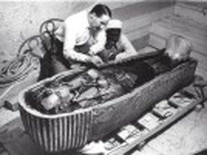 Nicholas Reeves, especialista em Egito Antigo, propõe a existência de duas câmaras secretas no sepulcro, uma delas de Nefertiti