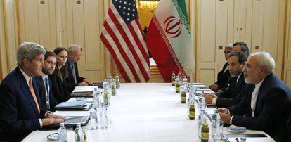John Kerry e o chanceler iraniano Mohammad Javad Zarif em reunião em Viena.