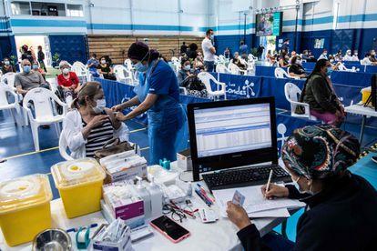 Uma mulher recebe uma dose da vacina chinesa Coronavac em um posto de saúde de Santiago, em 15 de fevereiro.
