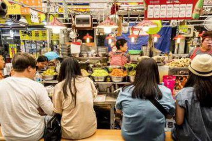 Banca de comida no mercado de Gwangjang, em Seul.