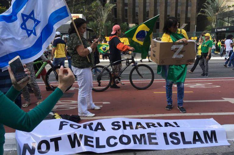 Apoiadora de Bolsonaro com a bandeira de Israel na avenida Paulista no domingo (21).