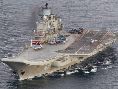 O porta-aviões russo 'Admiral Kuznetsov', numa imagem feita no último dia 17 pela Força Aérea da Noruega.