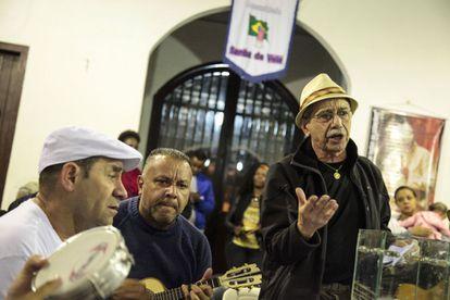 Osvaldinho da Cuíca, uma lenda viva do samba de São Paulo.