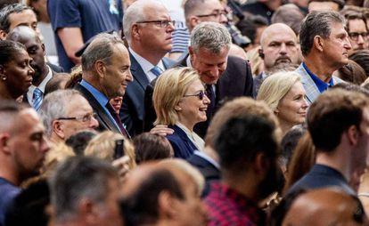 Clinton e sua filha saem do apartamento dela em Nova York.