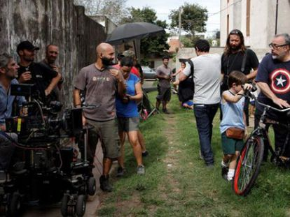 Álex de la Iglesia, à direita, durante as filmagens do documentário.