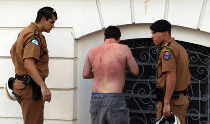 Homem é agredido durante o protesto em Curitiba.