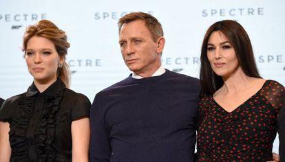 Da esquerda para a direita, os atores Lea Seydoux, Daniel Craig e Monica Bellucci durante a apresentação do filme 'Spectre'.
