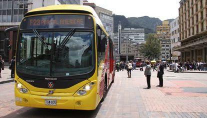 Um ônibus do sistema Transmilenio de Bogotá, Colômbia.