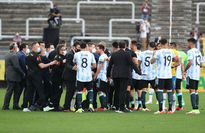 Jogadores da Argentina falam com autoridades de saúde brasileiras.