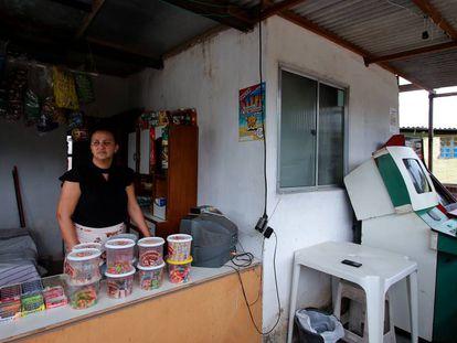 Marcicléia de Souza vende bombons para complementar a renda da família desempregada.