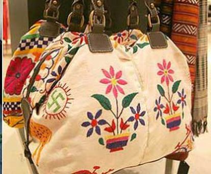 Imagem da bolsa retirada pela Zara em 2007 por ter suásticas bordadas.