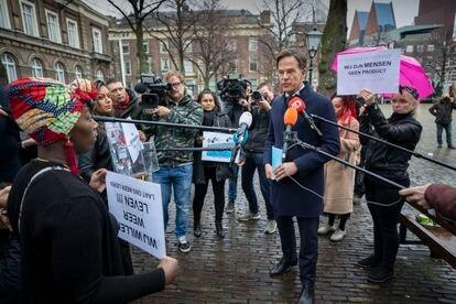 Em 26 de novembro, vários pais afetados interpelam o primeiro-ministro holandês, Mark Rutte, em Haia.