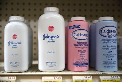 O talco para bebês da Johnson e Johnson em uma prateleira na Farmácia Jack's em San Anselmo, na Califórnia.