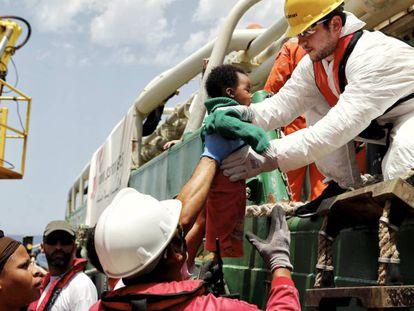 Resgate de 119 subsaarianos nesta quarta-feira perto da Líbia em um barco da Médicos Sem Fronteiras.
