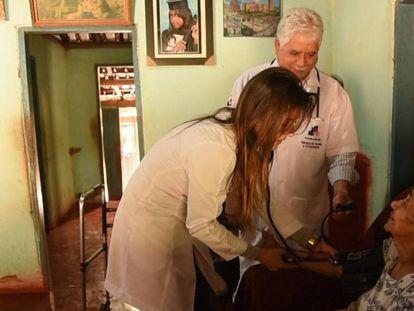 Uma médica durante um atendimento do programa 'Mais Médicos'.