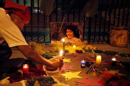 Uma mulher acende uma vela em memória da ambientalista hondurenha Berta Cáceres, em setembro de 2018, em Tegucigalpa.