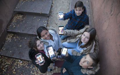 Sara, Sauditu, Hugo, Isa e Kacper exibem seus smartphones.