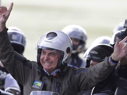 Bolsonaro em passeio de moto em Brasília neste domingo.