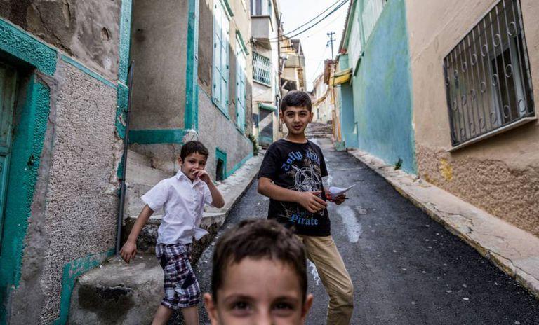 Crianças curdas jogando na parte alta de Basmane.