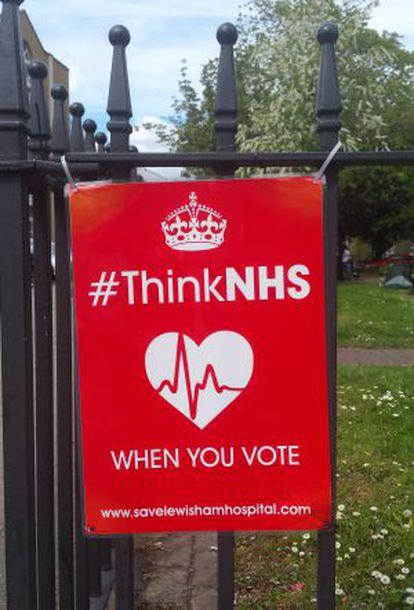 """Cartaz no bairro de Lewisham. """"Pensa no NHS quando vote""""."""