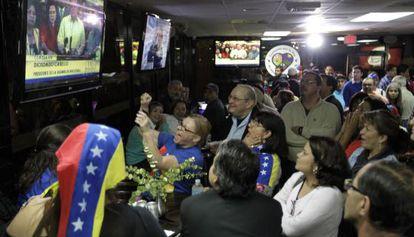 Cidadãos venezuelanos em restaurante em Doral, Flórida.