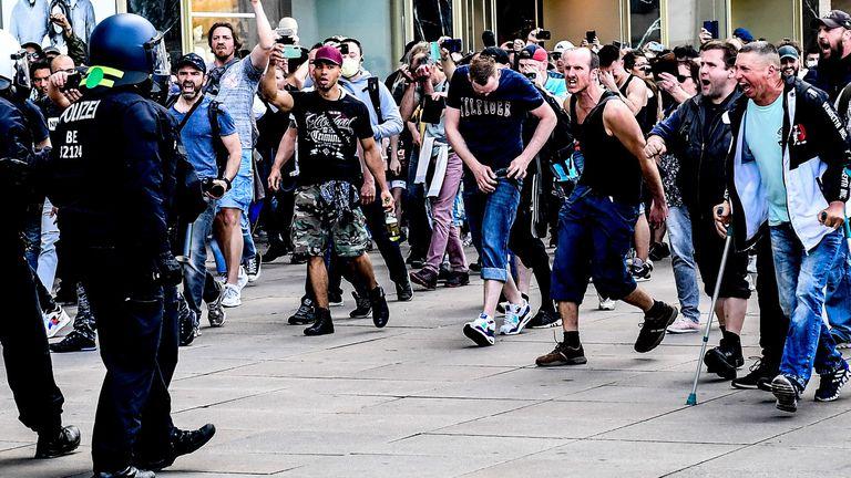 Manifestantes radicais durante um confronto com a polícia no centro de Berlim, em 9 de maio.