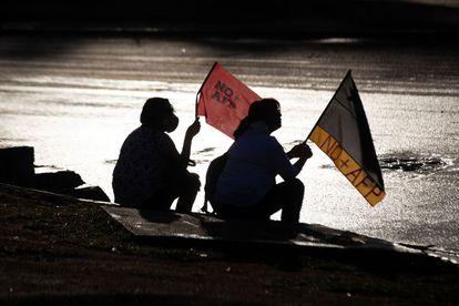 Manifestantes participam de protesto contra o presidente chileno  Sebastián Piñera em Santiago, em março.