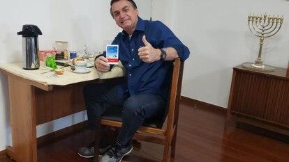 O presidente Jair Bolsonaro exibe uma caixa de remédio ao anunciar em seu perfil no Facebook, no dia 25 de julho de 2020, que havia testado negativo para covid-19 após quase 20 dias de infecção.
