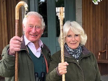 O príncipe Charles e sua esposa, Camilla, em Balmoral, Escócia.