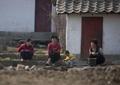 Cidadãos norte-coreanos na periferia de Pyongyang, em 2010