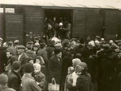 Judeus descem do trem nos arredores do campo de concentração de Auschwitz-Birkenau em 1944.