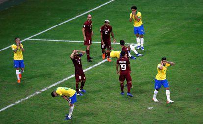 Brasileiros lamentam o resultado na Fonte Nova.
