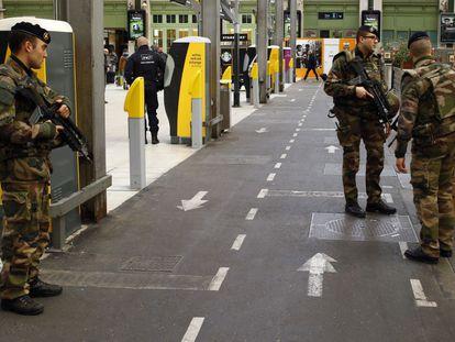 Soldados franceses controlam a estação de trem de Lyon nesta terça.