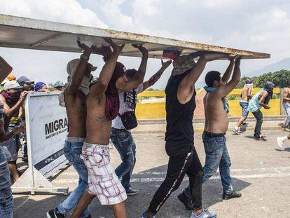 Incidentes na ponte Simón Bolívar. Em vídeo, confrontos entre a Guarda Nacional e centos de pessoas em Ureña depois do fechamento temporário da fronteira com Colômbia.