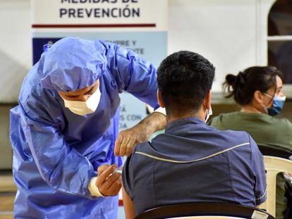 Homem recebe a vacina Sputnik, em San Juan, na Argentina.
