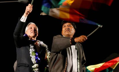 Evo Morales e o vice-presidente Álvaro García nesta segunda-feira em El Alto, Bolívia.
