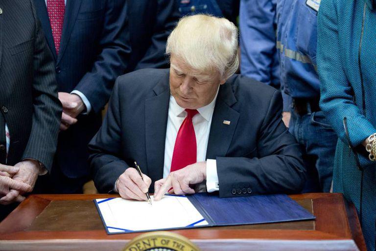 Trump assina ordem executiva para reduzir regulamentações.