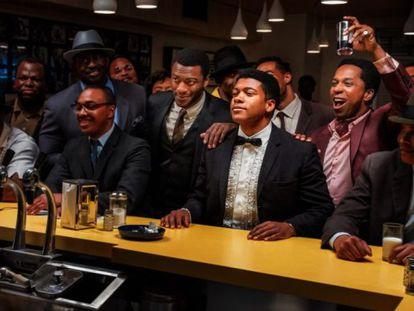 Cena de 'Uma noite em Miami' que retrata um encontro de Malcolm X (com a câmera fotográfica), Muhammad Ali (de gravata borboleta), Sam Cooke (de paletó vinho) e Jim Brown (de gravata marrom). Cooke e Brown não estavam na foto real.