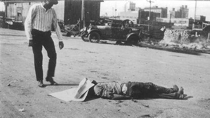 O corpo de um afro-americano em uma rua de Tulsa depois do massacre racial de 1921.