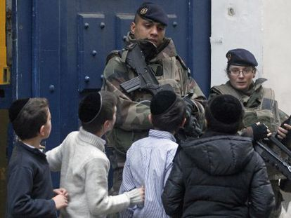 Entrada de um colégio judaico, nesta terça-feira em Paris.