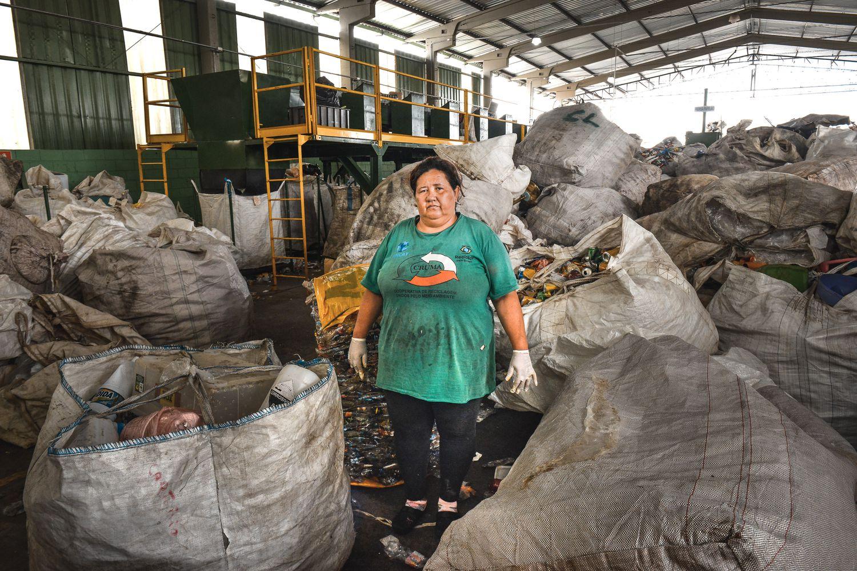Alessandra Morais, 47, no galpão paralisado de uma cooperativa de reciclagem em Poá, São Paulo.