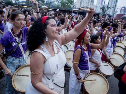 Integrantes do bloco Ilú Obá de Min participam do ato em São Paulo.