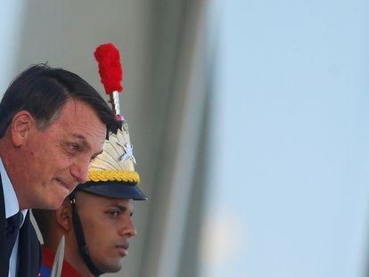 O presidente Jair Bolsonaro, ao descer a rampa do Palácio do Planalto nesta sexta-feira.