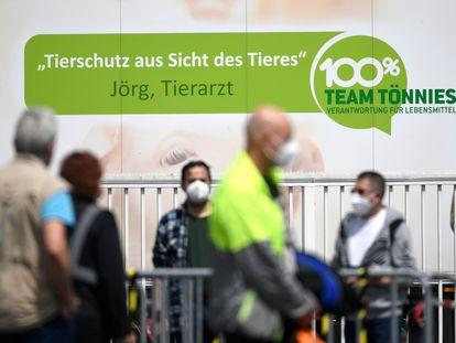 Funcionários de um frigorífico que paralisou sua produção por casos de covid-19 na cidade alemã de Rheda-Wiedenbrück.