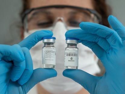 Ampolas do soro hiperimune com anticorpos neutralizantes contra a covid-19 no laboratório da Inmunova, em Buenos Aires.