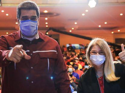 Nicolás Maduro acompanhado da sua esposa, Cilia Flores, em um ato de campanha, nesta terça-feira, em Caracas. Em vídeo, Maduro afirma que deixará a presidência se perder as eleições legislativas.
