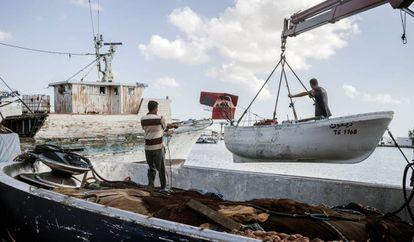 Pescadores beneficiários de um projeto para apoiar a pesca em pequena escala e seu processamento no porto de Ajim (Tunísia).
