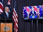 El primer ministro australiano, Scott Morrison, sigue la intervención de Joe Biden.