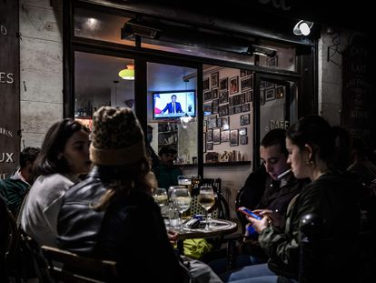Clientes de um café em Bordeaux conversam ao ar livre na quarta-feira, durante o anúncio de um novo confinamento por Macron.