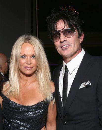 Pamela Anderson e Tommy Lee em uma festa para comemorar os 35 anos da ONG PETA, em Hollywood, em 2015.